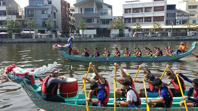 搭乘運河遊船體驗划龍舟的氣氛,錯過今年再等一年(2018臺南市國際龍舟錦標賽)